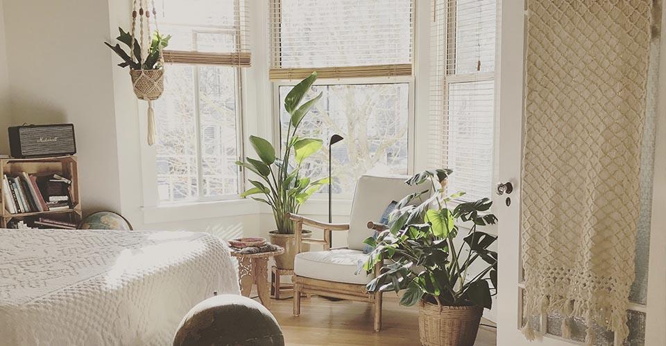 Dormitorio luminoso con ventanas abiertas